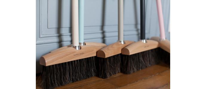Comment dépoussiérer, nettoyer et entretenir ses balais en fibre naturelle ?